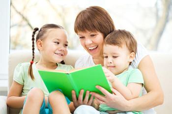 lire un livre à un enfant