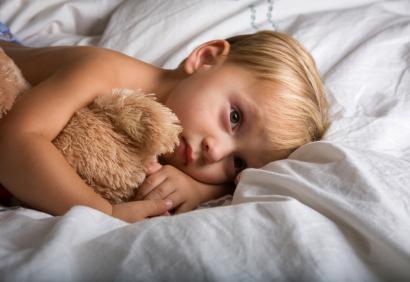enfant-dormnir-seul-410